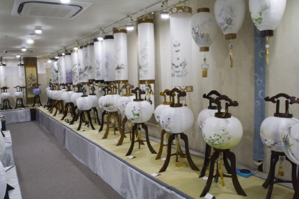 リーズナブルなものから高級品まで盆提灯を多数取り揃えております。